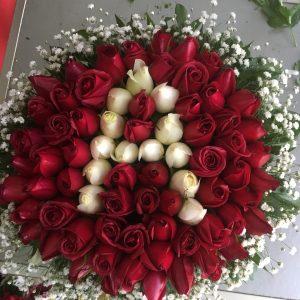 güller kırmızı kutuda