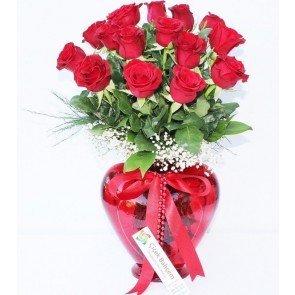 kalpli vazoda kırmızı güller